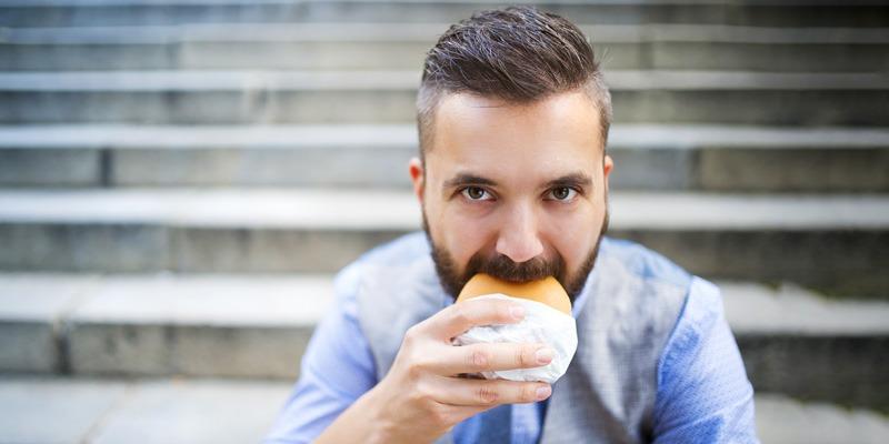Essen und Trinken mit Bart